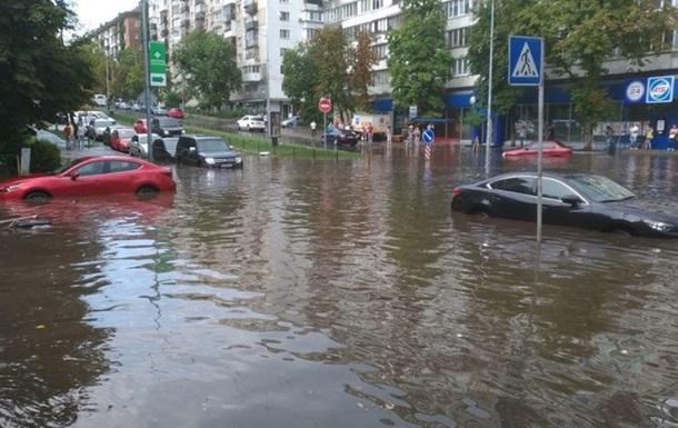 Жителі столиці скаржаться на затоплені через зливу будинки