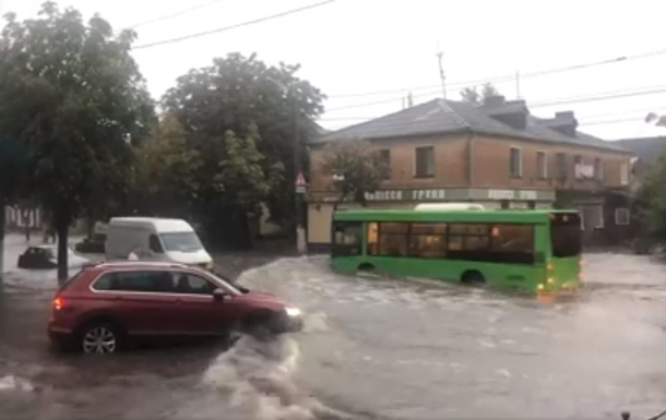 В Житомире ливень вызвал транспортный коллапс