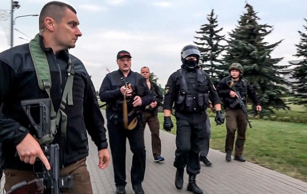 В сети появилось новое фото Лукашенко с автоматом в руках