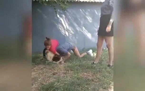 Драка девочек-подростков из Никополя попала на видео. 18+