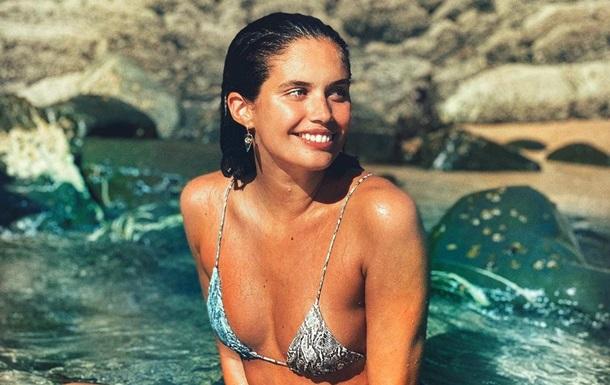 Ангел  Victoria's Secret снялась топлес в бассейне: фото