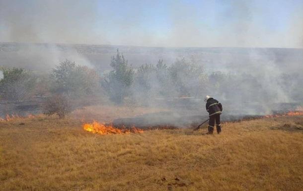 На линии разграничения пожар со взрывами, пострадал спасатель