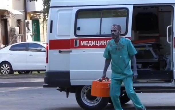 Фельдшер-зомби пугал людей на улицах города
