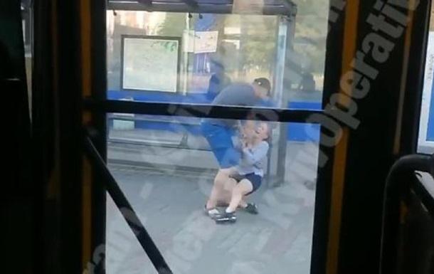 В Киеве на остановке мужчина напал на девушку - СМИ