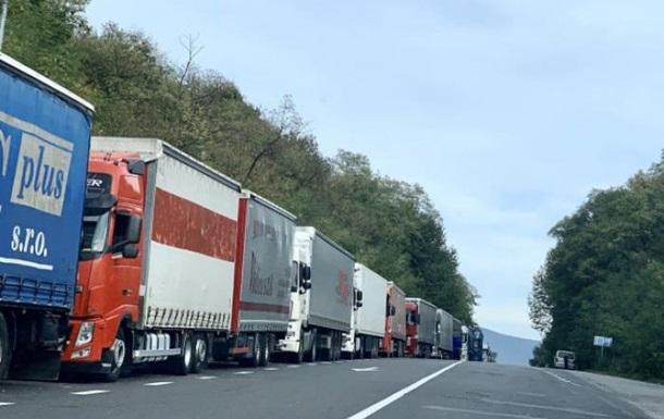 На кордоні України зі Словаччиною застрягли 200 фур
