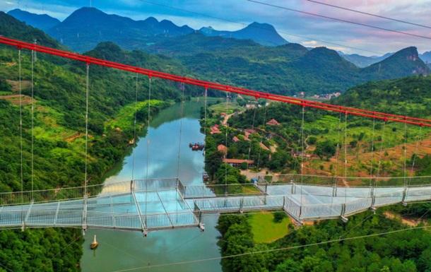 Найдовший скляний міст відкрили у Китаї