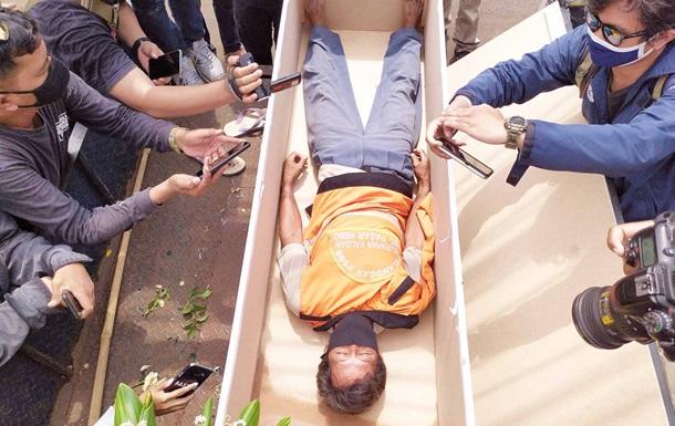 В Индонезии за нарушение масочного режима кладут в гроб