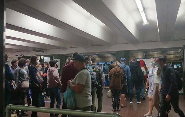 У Києві перед метро стоять кілометрові черги