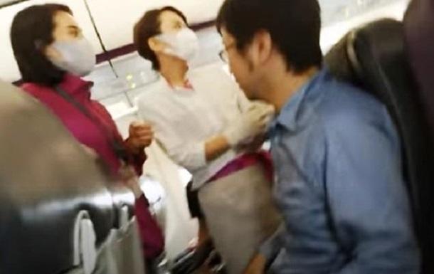 Самолет экстренно сел из-за пассажира без маски