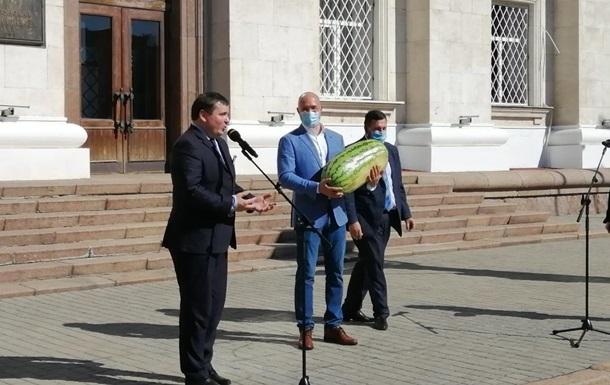 Шмыгалю подарили самый большой херсонский арбуз