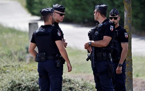 В Іспанії поліцейський став коліном на горло дитині