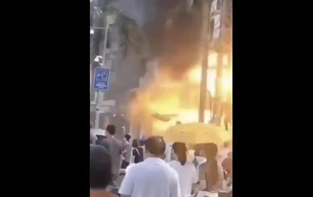 В Китае возле гостиницы произошел мощный взрыв и пожар