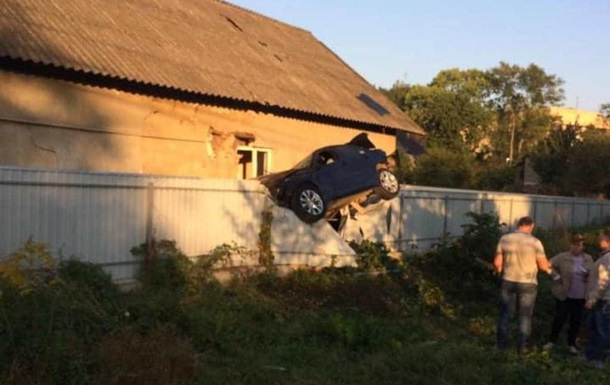 В Черновцах полицейский на BMW повис на заборе частного дома