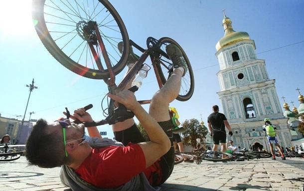 У Києві тисяча велосипедистів вляглися на площі