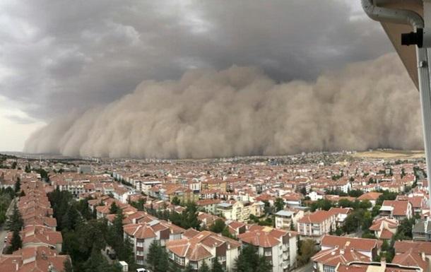 В Турции бушует ураган и песчаная буря