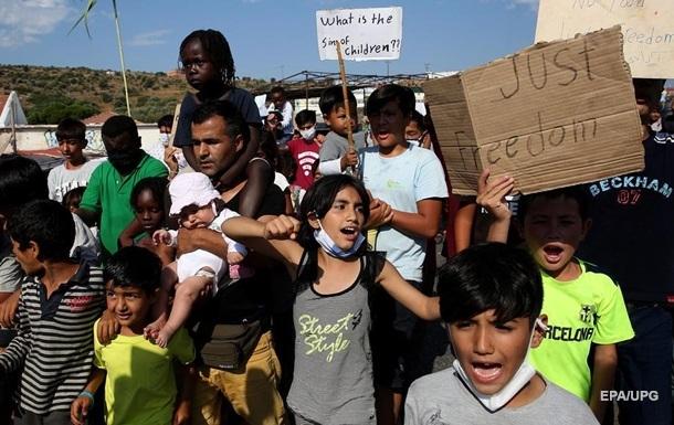 В Греции сотни беженцев из сгоревшего лагеря устроили акцию протеста