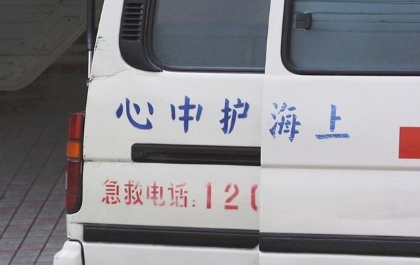 У Китаї вантажівка, що перекинулася, розчавила вісьмох осіб
