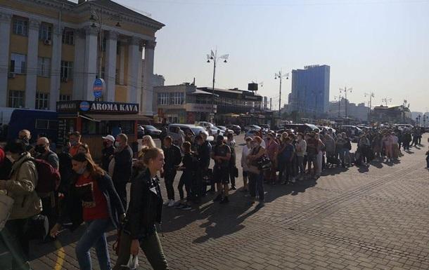В Киеве очередь заблокировала вход в метро на вокзале