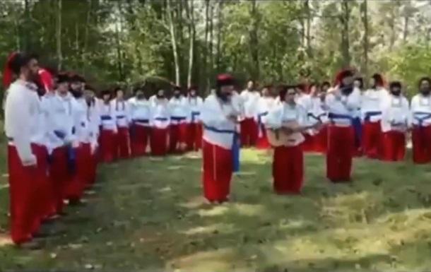 Хасиди в українських костюмах співали гімн України