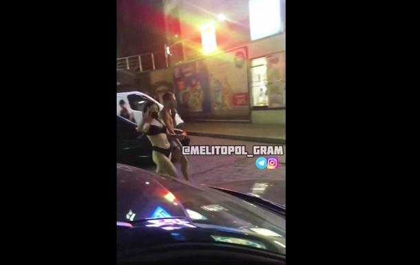 В Мелитополе два покупателя зашли в супермаркет в одном белье