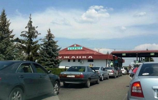 На кордоні України з Угорщиною кілометрові черги