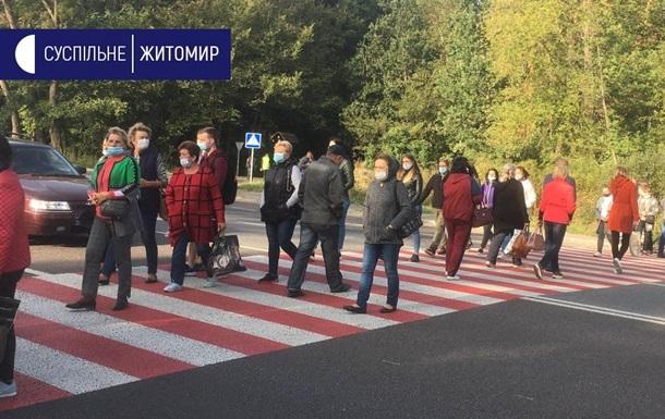 Работники психбольницы под Житомиром перекрыли дорогу