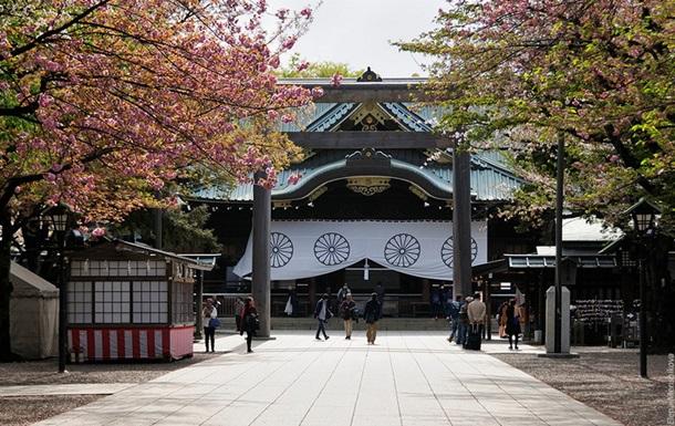 Визит японского экс-премьера в храм вызвал возмущение в Южной Корее