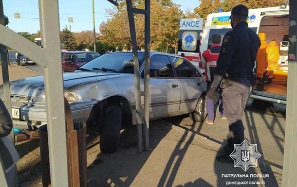 В Мариуполе легковушка въехала в остановку, есть пострадавшие