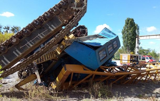 В Харькове перевернулся кран с водителем