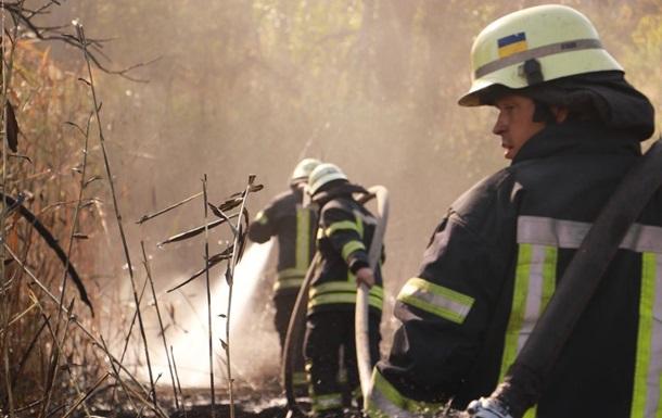 Пожарные тушат свалку в Киеве, наблюдается смог