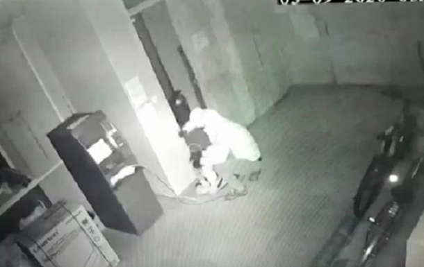 Подрыв банкомата грабителями попал на видео