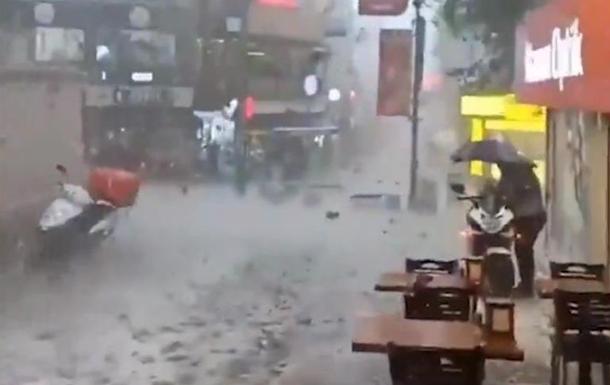 На Стамбул обрушился ливень с крупным градом