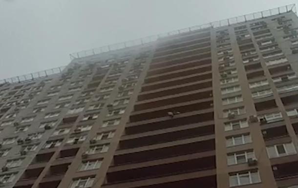 В Киеве патрульный поймал прыгнувшую с балкона женщину