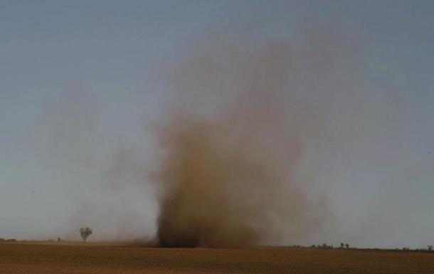 Под Одессой на видео попал  пылевой дьявол