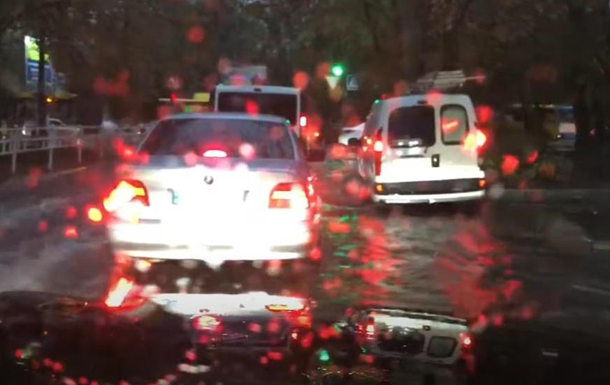 В Херсоне ливнем затопило улицы