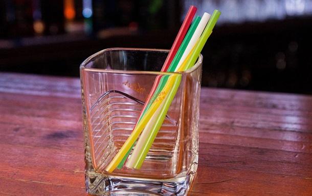 В Англії заборонили пластикові соломинки для напоїв