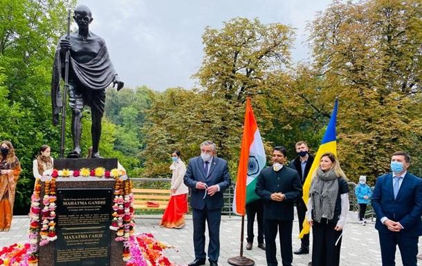 У Києві встановили пам ятник Магатмі Ґанді