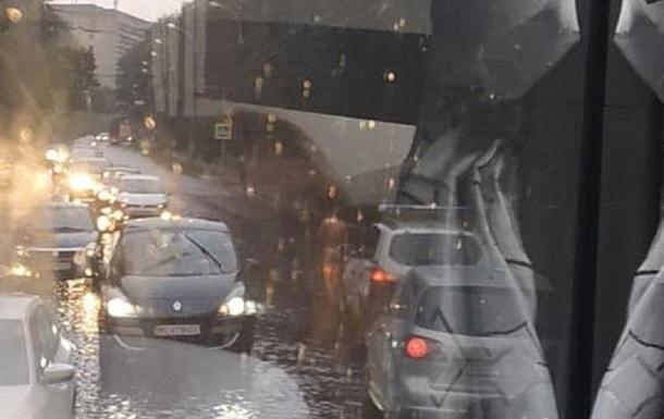 Во Львове пешеход без одежды молился под дождем