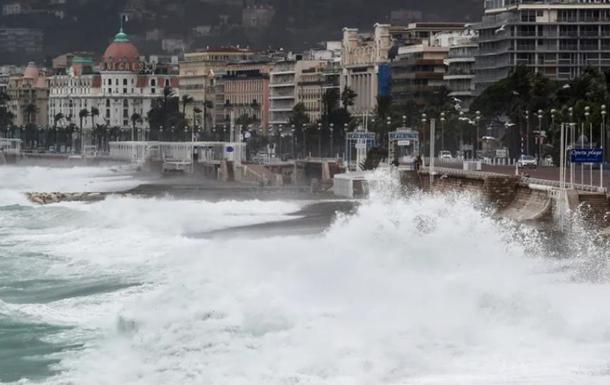 На юге Франции из-за дождей обрушился мост