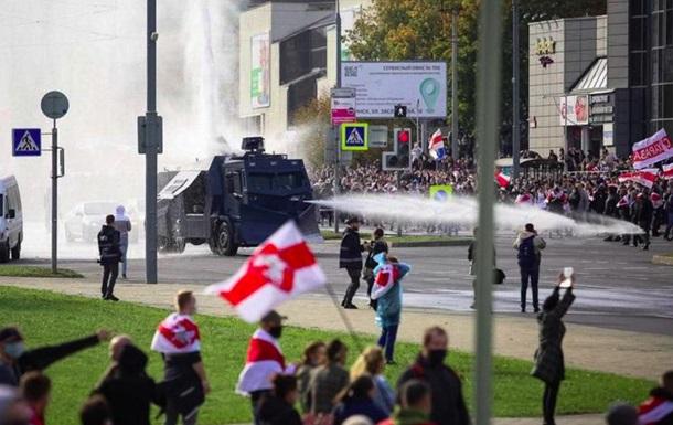 Центр Мінська оточили військові, почалися затримання