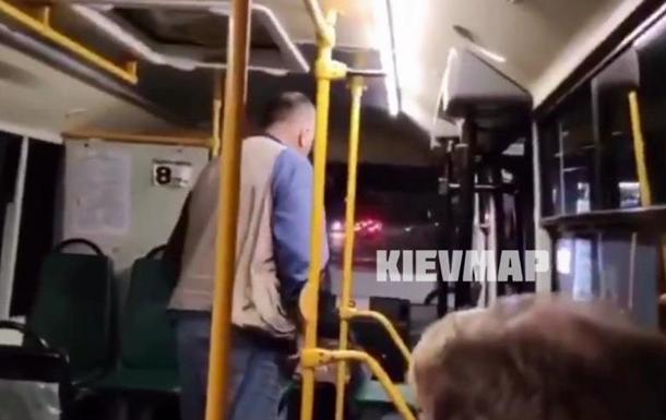 В Киеве из маршрутки вытолкали девушку из-за монет