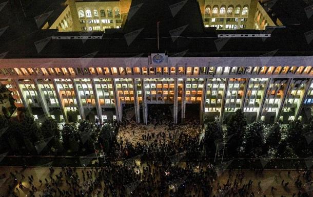 Протесты в Кыргызстане: протестующие захватили здание парламента