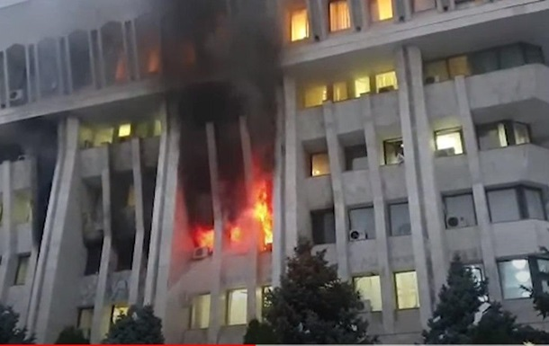 В захваченном здании парламента Кыргызстана возник пожар