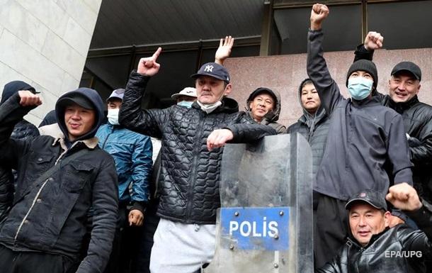 Очевидцы сообщают о захвате здания МВД в Кыргызстане