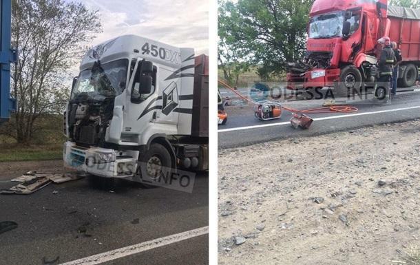 Під Миколаєвом зіткнулися п ять вантажівок