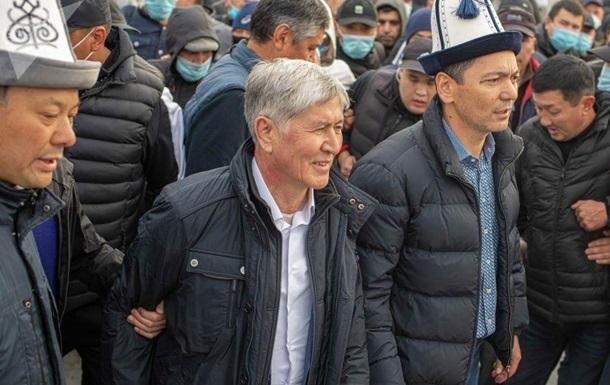 Экс-глава Кыргызстана показал следы пуль на авто