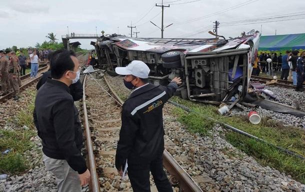 В Таиланде поезд протаранил автобус: 20 погибших