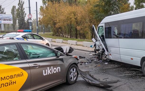 В Днепре заснувший водитель такси устроил ДТП с шестью пострадавшими