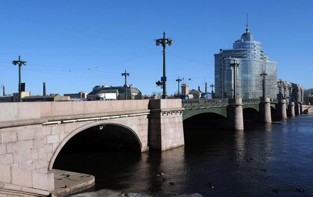 Падение мотоциклиста с моста в Петербурге попало на видео