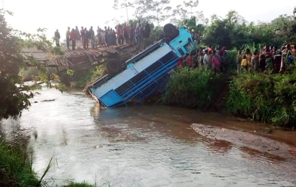 В Бурунди грузовик упал с моста в реку, 16 погибших